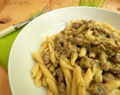 La pasta con pesto e salsiccia fresca è un primo piatto molto semplice ma anche appetitoso, preparato con pochi ingredienti, idea per quando si è di fretta.