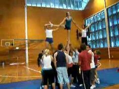Simple and effective pyramid I could see the girls doing this basketball season Gymnastics Stunts, Cheerleading Videos, Cheer Stunts, Cheer Dance, Cheer Pyramids, Cheerleading Pyramids, Stunt Video, Basket Toss, Cheer Routines