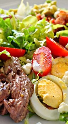 Grilled Steak Cobb Salad with Creamy Dijon Vinaigrette Gegrillter Steak-Cobb-Salat mit cremiger Dijon-Vinaigrette Grilled Steak Recipes, Grilled Meat, Grilled Steak Salad, Grilled Steaks, Grilled Vegetables, Veggies, Healthy Salads, Healthy Eating, Healthy Recipes