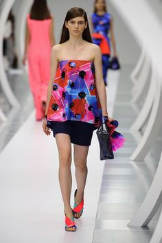 View all the catwalk photos of the Roksanda Ilincic spring / summer 2015 showing at London fashion week. Read the article to see the full gallery.
