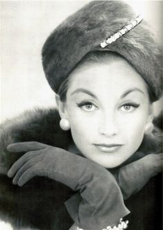 The Glamour of Gloves Fur hat, gloves and swooping eyeliner – perfection Vintage Gloves, Vintage Fur, Look Vintage, Vintage Glamour, Vintage Beauty, 50s Glamour, Hollywood Glamour, 1950s Fashion, Vintage Fashion