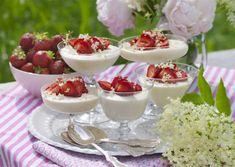 Flädermousse med jordgubbar | Allas Recept Dessert Mousse, Panna Cotta, Ethnic Recipes, Desserts, Food, Tailgate Desserts, Dessert, Postres, Deserts