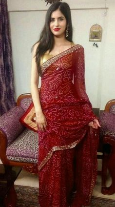 Dress Indian Style, Indian Fashion Dresses, Indian Designer Outfits, Indian Outfits, Bandhani Dress, Sari Dress, Saree Blouse Patterns, Saree Blouse Designs, Simple Saree Designs