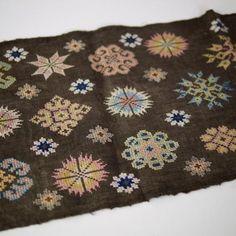 モン族刺繍ヘンプテーブルランナー 黒檀染め | タイ工藝ムラカ