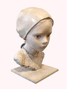 """BLANCHE - Berit Biographie de BERIT Berit Hildre est née en 1964 à Aalesund en Norvège. """"Mes petites filles sont comme des fleurs, de frêles pâquerettes dans un creux de vallon; merveilleusement fraîches et belles, vulnérables, à la merci de tant de choses qui peuvent, en un instant, anéantir ce petit miracle; une pâquerette, une petite fille..."""""""