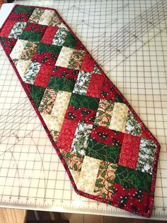 Patchwork Mountain - Handmade Quilts, Table Runners, Table Toppers and Pot Holders: Sunflowers . Patchwork Table Runner, Table Runner And Placemats, Quilted Table Runner Patterns, Quilt Table Runners, Xmas Table Runners, Christmas Patchwork, Christmas Sewing, Crochet Christmas, Christmas Quilting Projects