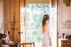 Vestido de noiva em renda com decote profundo nas costas. Foto: Torin Zanette