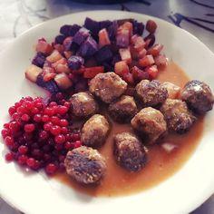 Lihapullat! Mit Rübengemüse und Preiselbeeren ... so lecker! #yummy #nomnom #meatballs #ikeahack #Ilovefinland #nordiccouisine #nordicwannabecontest #nordisch #NordNerds