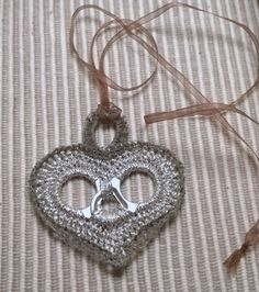 So delicate -- one of the better hearts I've seen with pop tabs! Soda Tab Crafts, Can Tab Crafts, Pop Top Crafts, Diy And Crafts, Diy Craft Projects, Crochet Projects, Pop Top Crochet, Pop Tabs, Recycled Crafts