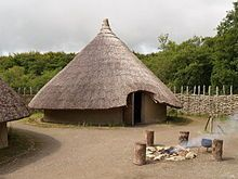 "For most of the Gaelic period, buildings were generally round and the Gaelic Irish typically lived in circular houses with conical roofs ""roundhouse"". Most date to the period 500–1000 CE"