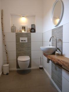 Wir sind sehr stolz auf unser kleines Gäste WC, das mein Mann gefliest und ich verfugt habe. Vor allem auf die eigens angefertigte Konsole für das Aufsatzwaschbecken aus einer Eichenbohle. Zu der Nische in der Wand haben wir uns noch Knall auf Fall einen Tag bevor die Verputzer kamen entschieden. D.h. ich habe entschieden und mein Mann musste es ausbaden :wink: