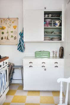 a checkerboard floor Photo: Jessica Silversaga Checkered Floor Kitchen, Checkered Floors, Rustic Kitchen, New Kitchen, Vintage Kitchen, Kitchen Flooring, Kitchen Tile, Brick Flooring, Kitchen Decor
