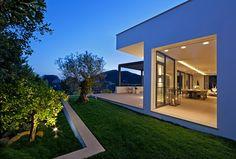 Die Zukunft der Architektur  Frank Gehry sagte einmal, Architektur solle der Gegenwart entsprechen und dennoch zeitlos wirken. Damit formulierte er die Herausforderung, der sich Architekten heute gegenüber sehen: Wie schafft man ein aussagekräftiges Bauwerk, das gleichzeitig zukunftsweisend und gegenwartstauglich ist? Künftige Trends lassen sich selten genau voraussagen. Dennoch gibt es Hinweise, in welche Richtung sich die Bauweise entwickeln wird.