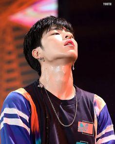 This pict got me.. 🔥🔥🔥🤤🤤🤤🤤 . . @withikonic @juneeeeeeya #iKON #아이콘 #구준회 #준회 #koojunhoe #junhoe… Korean Bands, South Korean Boy Band, Ikon Leader, Koo Jun Hoe, Jay Song, Chanwoo Ikon, Yg Entertainment, Kpop Boy, K Idols
