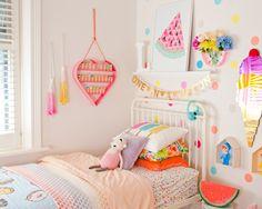Conversamos com a Claire Cosh, que montou um quarto super colorido para a filha e que virou hit no Instagram. Ela te dá várias dicas bacanas de decoração inf...