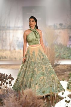 indian designer wear Reynu Taandon ICW 2018 collection has amazing bridal pink reception lehengas along with some surprise new mehendi lehengas that I highly recommend checking. Indian Gowns Dresses, Modest Dresses, Traditional Fashion, Traditional Dresses, Indian Wedding Outfits, Indian Outfits, Green Lehenga, Cape Lehenga, Anarkali