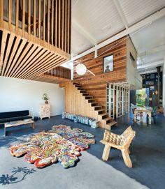 Of het nu om een borduurwerkje gaat, een oud kastje of een heel huis, architect en ontwerper Rolf Bruggink maakt er iets compleet anders van. Zijn omvangrijkste transformatieproject is zijn eigen koetshuis in Utrecht.