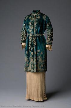 Coat by Mariano Fortuny Museo del Traje Vintage Outfits, Vintage Dresses, Edwardian Fashion, Vintage Fashion, Edwardian Era, Style Édouardien, Spanish Fashion, Spanish Style, Jeanne Lanvin