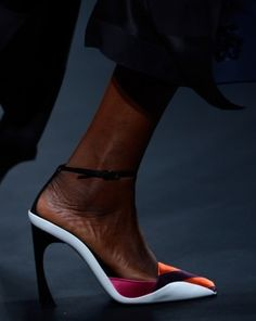 Ideas de estilismo con zapatos de Christian Dior: Zapatos de color de Dior