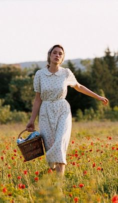 "In a field of Provence during WWI – Patricia (Astrid Berges-Frisbey) as seen in ""The Well Digger's Daughter"", a film by Daniel Auteuil. Country Life, Country Girls, Country Living, Country Farm, Lifestyle Fotografie, Astrid Berges Frisbey, Party Mottos, Farm Life, Character Inspiration"