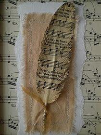 Veer geknipt uit een bladzijde uit een oud boek. Op een lapje stof.