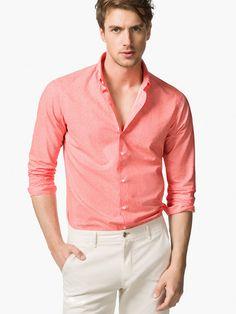 Camisa salmón con pantalón blanco