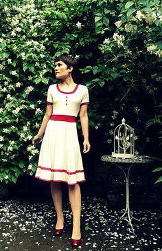 Feminines Swing-Kleid mit roten Akzenten / cue feminine dress, inspired by Golden Twenites by Ave evA via DaWanda.com