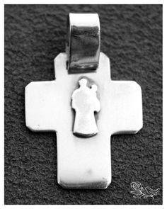 Cruz de prata com Stº.António em relevo; (Para informações de preços ou encomendas, por favor envie msg privada ou email ourivesaria@mcrosas.pt) Obrigada