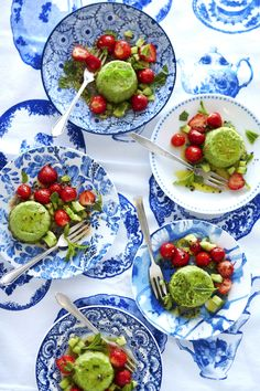 Aardbeien-komkommersalade met erwtenflan