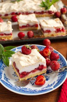 Kruche ciasto z truskawkami, budyniem i bezą Sweet Desserts, Dessert Recipes, Cheesecake, Baking, Foodies, Cook, Cakes, Gastronomia, Cake Makers
