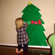 Kerstboom van vilt. Kids kunnen de boom zelf versieren met vilt-figuren met klitteband