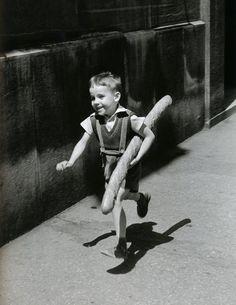 """""""The Little Parisian"""",Paris, 1952. Fotografía por Willy Ronis, quien retrató la vida de post-guerra en París y en Provenza, siendo considerado el fotógrafo parisino por excelencia."""