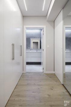 Pasillo #EtxeAndCo | Sueños de claridad. Reforma de piso de 90 m2. Búsqueda de luminosidad en paredes y suelos. Dos vidrieras. Cocina con encimera imitación a acero corten a juego con baldosas. #Pasillo #Halls #Interiorismo #CoachingInmobiliario #Reforma #SanSebastian #Donostia