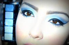 Já fazia tempo que eu queria trazer para vocês um tutorial de maquiagem usando uma das minhas cores favoritas de sombra colorida : Azul.Para aproveitar fiz tudo usando apenas um quinteto de sombras com tons diferentes da cor para fazer um degradê do azul bebê ao azul marinho.