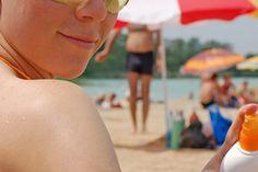 Las mejores pantallas solares. El sol bombardea tu piel con rayos ultravioleta que pueden dañar el ADN de tu piel y resultar en arrugas, decoloración y enfermedades más serias como el cáncer. La Skin Cancer Foundation calcula que la mayoría del cáncer de piel -el 65 por ciento de los melanomas y el ...