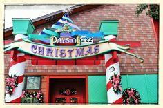 Vai visitar a Disney em Janeiro (ou em qualquer outra época) e está triste pois não vai poder ver a decoração de Natal?   Não se preocupe!   Em Downtown Disney você encontra uma loja chamada Days of Christmas, e lá e Natal o ano inteiro. Com direito à músicas natalinas como som ambiente, árvores de Natal, e uma grande gama de decoração natalina a sua disposição.   Se você aprecia o Natal não deixe de  visitar a loja Days of Christmas, em Downtown Disney.