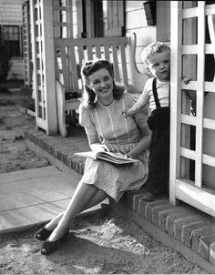 Days Gone By is part of Vintage - Photograph by Nina Leen, 1945 Moda Vintage, Vintage Stil, Looks Vintage, Vintage Love, Vintage Beauty, Retro Vintage, 1940s Fashion, Vintage Fashion, Retro 50