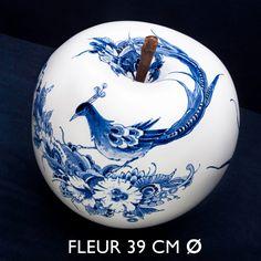 Een ø 39 cm appel van keramiek, handbeschilderd door Royal Delft en exclusief ontwikkeld door InsideOut Luxury. Elk object wordt voorzien van het handelsmerk van Royal Delft en wordt begeleid door een certificaat van echtheid.