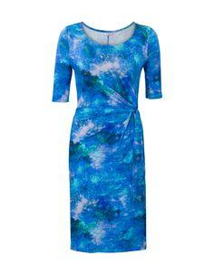 Blauwe jurk met halflange mouwen en een ronde halslijn. Dit aansluitende model is voorzien van een blauwe print en heeft plooitjes in de taille. Gemaakt van fijne viscose kwaliteit en valt op de knie.