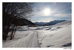 Winterwandeling. Bij een winterse wandeling in de omgeving van Leukerbad (Zwitserland) stuitte ik op dit prachtige gehucht. De laagstaande zon en de schittering van de zon op de sneeuw zorgden voor een sprookjesachtig effect. Switserland