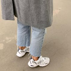 Minimalist Winter Outfit Idea: Grey Coat, Raw-Hem Jeans, and New Balance Sneakers Sneakers Street Style, Sneakers Mode, Dad Sneakers, Sneakers Fashion, Fashion Shoes, Denim Fashion, New Balance Outfit, New Balance Shoes, Fashion 2020
