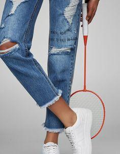 Pull&Bear - dames - kleding - jeans - mom fit jeans met scheuren en tekst - blauw - 05685306-V2017
