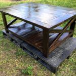 Pallet Table Plans DIY Rustic Pallet Coffee Table with Cross Design at Sides - And to get some inspiration we would like to offer this DIY rustic pallet coffee table with cross design at sides. This amazing coffee table reveals a dynamic Recycled Pallet Furniture, Recycled Pallets, Wooden Pallets, Repurposed Wood, Pallet Crafts, Diy Pallet Projects, Wood Projects, Pallet Ideas, Pallet Designs