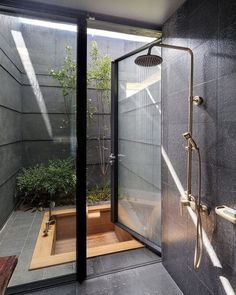 Fabuluous Interior Design Sunken wood bath in a tiny secluded courtyard with some greenery. Sunken wood bath in a tiny secluded courtyard with some greenery. Dream Home Design, Modern House Design, Small House Design, Loft Design, Design Design, Dream Bathrooms, Dream Rooms, Spa Bathrooms, Indoor Outdoor Bathroom