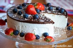 Skumkake til mai! Pudding Desserts, Dessert Recipes, Meringue Pavlova, Norwegian Food, Snacks, What To Cook, Let Them Eat Cake, Delish, Sweet Tooth