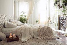 Böljande tyger, makramé, ljusslingor och slingrande växter. Att få en bohemisk känsla i sovrummet är varken krångligt eller dyrt – och resultatet kan bli fantastiskt.