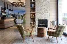 Königliche Alpenidylle: 3 Hoteltipps in München Outdoor Chairs, Outdoor Furniture, Outdoor Decor, Neustadt In Holstein, Christmas Is Coming, Oslo, Home Decor, Restaurants, Bullet Journal