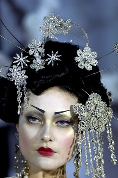 Shalom harlow in geisha gear in a john galliano for dior couture show: pat mcgrath makeup Dior Haute Couture, Couture Makeup, Couture Fashion, Dior Fashion, Fashion Face, Geisha Makeup, Geisha Hair, Galliano Dior, John Galliano
