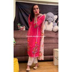Stylish Dresses For Girls, Unique Dresses, Girls Dresses, Embroidery Suits Punjabi, Embroidery Suits Design, Punjabi Suits, Salwar Suits, Indian Designer Outfits, Designer Dresses