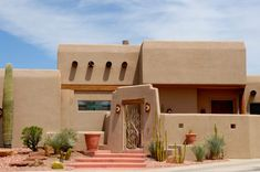 Adobe houses in the Pueblo style—modern versions are known as Pueblo Revival—aim to mimic the appearance of the Spanish Colonial West. This architectural style merged home-building concepts from Spain Southwestern Home, Southwest Style, Southwestern Decorating, Pueblo House, Adobe Haus, Santa Fe Home, New Mexico Homes, Mud House, Revival Architecture